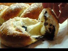 Πλάθουμε τσουρέκια σε πλεξούδες με 3, 4, 5 και 6 κορδόνια, κάνουμε στριφτό με 2 κορδόνια και σαλιγκαράκι με 1 κορδόνι. Σκέτα ή γεμιστά, όπως τα θέλουμε. Braided Bread, Greek Desserts, Sweet And Salty, Baking, Vegetables, Breakfast, Easter, Food, Culture