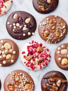 Food cravings before periods and during are common with various causes, including changes in blood sugar and hormones or reduced levels of certain nutrients. Chocolate Bark, Homemade Chocolate, Chocolate Desserts, Chocolate Blanco, Chocolate Truffles, Candy Recipes, Dessert Recipes, Handmade Chocolates, Food Cravings