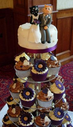 Cupcakes with cat cake topper.