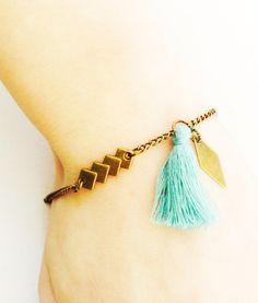Bijoux fait mains. Bracelet de style bohème chic, avec une chaîne gourmette fantaisie de couleur bronze, un connecteur graphique en forme de quatre petits losanges de couleu - 17277499