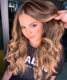 Mechas loiras: 60 Inspirations of this estilo iluminado Brown Hair With Blonde Highlights, Hair Highlights, Caramel Highlights, Bronde Hair, Balayage Hair, Caramel Blond, Brown Hair Trends, Curly Hair Styles, Natural Hair Styles