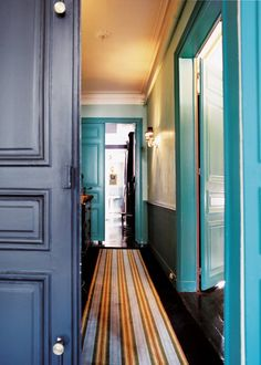 Un couloir habillé d'un tapis. Colourful hallway.
