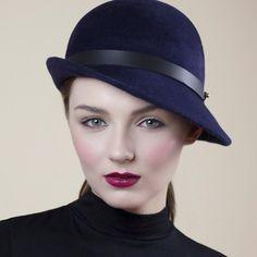 Dieses Design ist für diejenigen gedacht, die kombinierte Wärme und Stil in diesem Winter wünschen.  Oslo ist ein schmeichelhaft Cloche Hut, die Ihren Maßen aus schöne Velours fühlte. Fertig mit einer breiten Lederband, die auf der Rückseite mit feiner Lederband bindet.  Das Design orientiert sich in Marine, wählen Sie blau an der Kasse sollten Sie die Farbe angezeigt, custom für alle anderen.  GRÖßENANPASSUNG • Bitte hinterlassen Sie Ihren Kopfumfang bei der Bestellung (Hinweis an den…