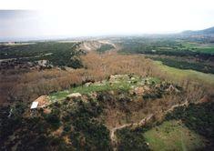 Στους πρόποδες του Ολύμπου, «στο νοτιότερο τμήμα, εκεί όπου το βουνό στρίβει από τη Θεσσαλία και κοιτά προς τη Μακεδονία», λέει ο Παυσανίας... Ancient Greece, Vineyard, Mountains, Nature, Travel, Outdoor, Outdoors, Naturaleza, Viajes