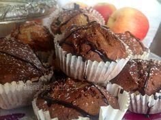 muffins marmorizzati con mela  100 gr di burro ammorbidito 110 gr di zucchero 250 gr di farina 2 uova 1 tazzina colma di latte sale 2 cucchiai di lievito per dolci 1 cucchiaio di polvere di cacao 2 mele zucchero a velo salsa per guarnizioni al cioccolato pirottini per muffins