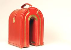 #Travel #Gadgets ¿Aburrido de las maletas de siempre? Cuadradas y rectangulares... En en esta web inglesa de la diseñadora Sarah Williams puedes solicitar maletas de todos los tamaños, formas y colores para que se adapten a cada uno de tus supergadgets. Son un pelín caras eso sí, esta de la foto te puede costar unos 6.000€. Pero seguro que eres el más original del aeropuerto! Blog para viajeros   22 travel-gadgets para ser el superhéroe de tus viajes   http://blog.niumba.com