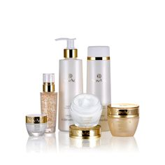 Oriflame - Novage Time Restore Set - Högpresterande hudvårdsset för mogen hy. Ger fastare, mer motståndskraftig hy med mer definierade konturer och färre djupa rynkor och åldersfläckar. Med Genistein SOY Technology och Ribwort växtstamcellsextrakt. Innehåller 6 produkter i standardstorlek: rengöring, ansiktsvatten, ögon- och läppcreme, serum och dag- och nattcreme.