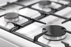 No need to spend money on special cleaning products for your stove, our approach uses only natural cleaners. If you're looking for ways to clean gas stove burners quickly and effectively, we have everything you need to know right here. Cleaning Stove Top Burners, Clean Gas Stove Top, Stove Top Cleaner, How To Clean Burners, Gas Stove Burner, Deep Cleaning, Cleaning Hacks, Kitchen Cleaning, Grilling