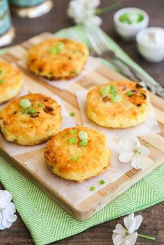 These lovely Cheesy Mashed Potato Cakes are soft from the inside, while golden and crispy from the outside! A delicious treat for the whole family!