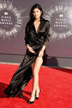 The 11 Must-See Looks At The VMAs #refinery29  http://www.refinery29.com/2014/08/73263/best-dressed-mtv-video-music-awards-vmas-2014#slide8  Kylie Jenner Like her older sister, Kylie Jenner wore black too, only she went the old Hollywood glam route in a floor-length silk gown with a very vampy side slit.