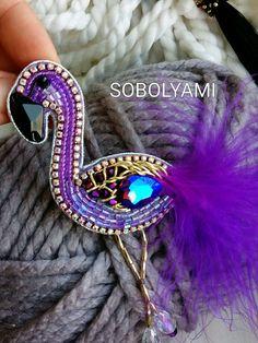 Фламинго с перьями – купить или заказать в интернет-магазине на Ярмарке Мастеров   Кристалл -хамелион в фиолетовой брошке сияет и…