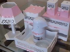 Confeccionado em Mdf. <br>Acabamento com tinta esmalte alto brilho. <br>Detalhes revestidos em tecido e fitas com acabamento em laço tipo channel. <br>Personalizados com o tecido que desejar, conferindo conforto e harmonia com a decoração. <br>O kit higiene é perfeito para a decoração e organização do quartinho do bebê. <br> <br>O valor não inclui a garrafa térmica. <br> <br>Garrafa térmica termolar 60,00 <br>Tigela porcelana 25,00