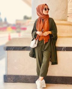 Be chic 🍓 hijab outfit ♥️ Street Hijab Fashion, Muslim Fashion, Modest Fashion, Casual Hijab Outfit, Hijab Chic, Army Clothes, Clothes For Women, Mode Simple, Outfit Look