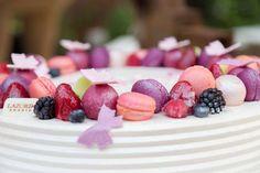 Λευκή τούρτα με άγρια φρούτα.