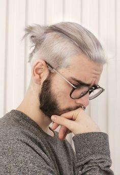 Chico con bun y cabello platinado