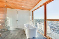 Villa Kopparnäs on uniikki merenrantahuvila, jonka kylpyhuoneen suurista ikkunoista avautuu upea merinäköala. Saunan ja kylpyhuoneen välissä on lasiseinä, jonka ansiosta myös saunasta on suora näköyhteys merelle. Vuolukivilattia, puun ja valkoisen yhdistelmä sekä selkeälinjainen kylpyamme tekevät kylpyhuoneesta tyylikkään ja modernin.