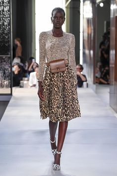 Burberry Londra - Spring Summer 2019 Ready-To-Wear - Shows - Vogue. Fashion Moda, Love Fashion, Runway Fashion, High Fashion, Fashion Looks, Fashion Outfits, Womens Fashion, Fashion Design, Feminine Fashion