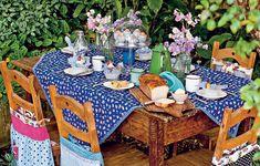 Colorida e cercada de verde, a mesa no quintal da chef Heloisa Bacellar tira qualquer dorminhoco da cama. O toque divertido fica por conta da mistura de estampas. As canecas de ágata completam o clima que remete ao café da manhã na fazenda