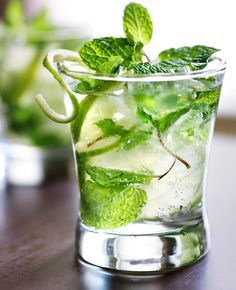Sutter Home Wine Cocktail – Sparkling Minty Mojito. Minty tastes lucky, right? Low Calorie Smoothies, Low Calorie Cocktails, Fruit Smoothies, Cocktail Names, Signature Cocktail, Cocktails Vin, Sutter Home, Table Bar, Summer Fruit