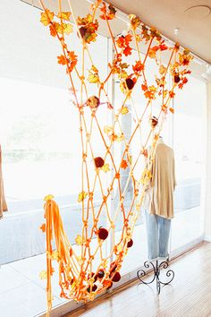 Cargo net installation with detailing - Macrame Fall Window Display - The Shift Creative Visual Merchandising Displays, Visual Display, Display Design, Store Design, Vintage Store, Christmas Window Display, Autumn Window Display Retail, Store Window Displays, Retail Displays