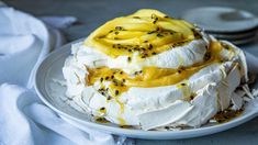 Pavlova med pasjonsfruktkrem og mango Pavlova, Tiramisu, Camembert Cheese, Nom Nom, Mango, Food And Drink, Baking, Sweet, Desserts