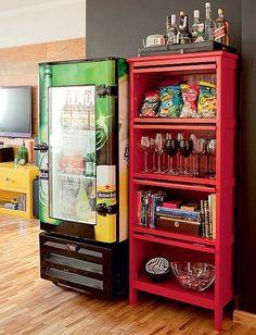 """""""A geladeira de bar conquistou a sala de jantar, com adesivo e pintura automotiva. Projeto de Tieko Matsuda e Luciana Nogueira"""""""
