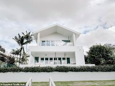 Woman who spent the past decade living abroad reveals how she created dream resort home in Australia Three Birds Renovations, Dreams Resorts, Hamptons Style Homes, Facade House, House Facades, House Exteriors, Dream Beach Houses, Beach Bungalows, Resort Style