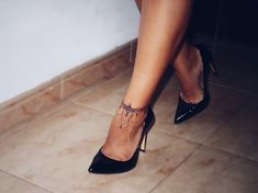 Trendy ankle tattoos are gaining popularity these years, especially among young ladies. MERNUR hopes these 67 Infinity Beautiful Ankle Bracelet Tattoos Design Anklet Tattoos Idea for Women that can help you out. We hope you like this collection. Piercing Tattoo, Piercings, Trendy Tattoos, Sexy Tattoos, Tatoos, Foot Tattoos, Body Art Tattoos, Ankle Foot Tattoo, Tattoo Damen