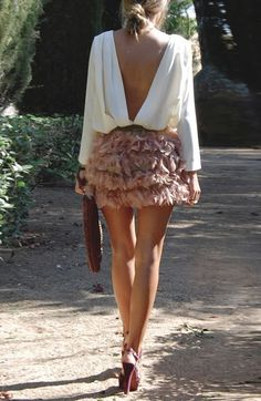 Street style | Open back blouse and ruffling feather skirt