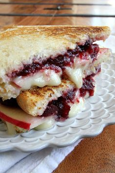This Brie Apple and Cranberry Grilled Cheese Recipe has a secret ingredient that makes it SO GOOD!This Brie Apple and Cranberry Grilled Cheese Recipe has a secret ingredient that makes it SO GOOD!Barefoot Wine and Bubbly Food Porn, Grilled Cheese Recipes, Grilled Cheeses, Best Grilled Cheese, Tasty, Yummy Food, Soup And Sandwich, Sandwich Melts, Sandwich Sides