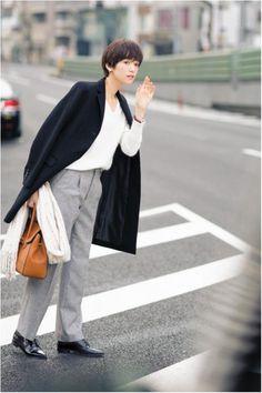 シンプル&クールなパンツスタイルに、コートを肩かけして颯爽と! | DAILY MORE