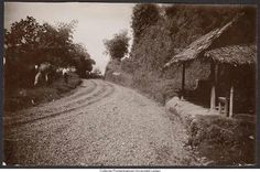 Poentjak pas, Java, 1930 Old Pictures, Old Photos, Dutch East Indies, Dutch Colonial, History Photos, Surabaya, Old Town, Past, Country Roads