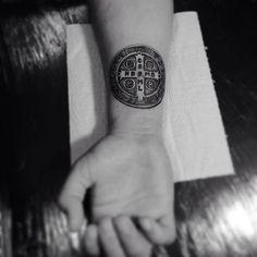 Medalha de São Bento. #levelinktattoo #medalhadesaobento #medalhadesaobentotattoo #tatuagem #tattoo #tattoo2me #tatuagemideal #curitiba #curitibatattoo #tattoocuritiba #medalhatattoo