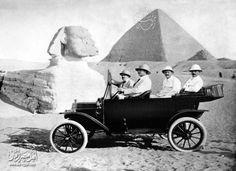 اعلان لسيارة ماركة فورد عند اهرامات الجيزة سنة 1914 .