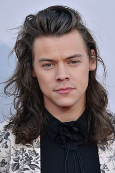 A Look At Approximately How Many Inches Harry Styles' Hair Grew In 2015 Harry Styles Cabelo, Harry Styles Eyes, Harry Styles Long Hair, Harry Styles 2015, Harry Styles Pictures, Harry Edward Styles, Short Hair Styles, Subway Sandwich, Le Clown