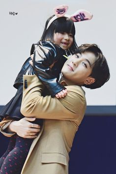 Dong hyuk (DK) and his little fangirl ♡ So cute ^^ iKON ♡ Yg Ikon, Ikon Kpop, Kim Jinhwan, Chanwoo Ikon, Yg Entertainment, Bobby, Ikon Member, Ikon Wallpaper, Ikon Debut