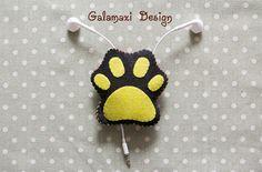 Handmade Felt Cat's Paw Earphone Cord Organizer Felt by Galamaxi Felt Gifts, Diy Gifts, Headphone Wrap, Felt Case, Cord Organization, Cat Paws, Purse Patterns, Handmade Felt, Cool Diy