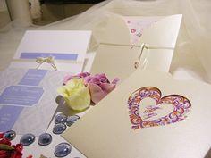 Sobres calados, con formas, impresos. Una opción diferente y más personal para armar tus tarjetas de casamiento.