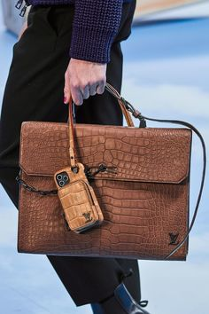 Louis Vuitton Fall 2020 Menswear Fashion Show Details: See detail photos for Louis Vuitton Fall 2020 Menswear collection. Look 24 Louis Vuitton Mens Bag, Louis Vuitton Homme, Vuitton Bag, Louis Vuitton Handbags, Fashion Handbags, Purses And Handbags, Fashion Bags, Mens Fashion, Runway Fashion