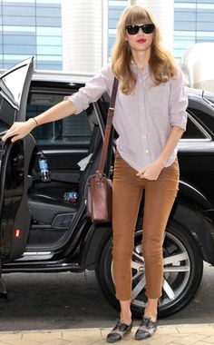 This entire ensemble looks great on Taylor Swift! From the matchstick pants, to the loose button-down, to the wayfarers, she is a casual vision!