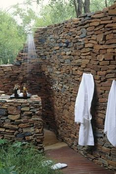 outdoor dusche steinwand privatheit