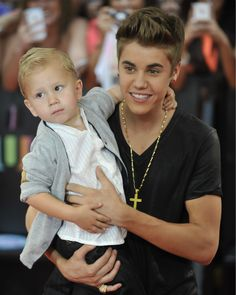 Justin Bieber and his brother, Jaxon Bieber, at MuchMusic Video Awards celebrities Fotos Do Justin Bieber, All About Justin Bieber, Celebrity Kids, Celebrity Photos, Jaxon Bieber, Bae, Much Music, Peyton List, Today Show