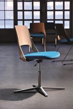 Embrace is een stijlvol en uniek gamma stoelen, ontworpen om in veel verschillende soorten omgevingen te passen, voor alle soorten bijeenkomsten. Deze stoel is geschikt voor individueel werk, voor een spontaan gesprek, om in te wachten of een pauze te nemen. Kortom, hij is flexibel en functioneel. #Kinnarps #Embrace #Stoelen