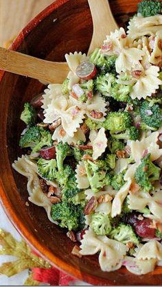 Fresca Ensalada: pasta, brocoli, jamón, uvas, nuez. Cualquier vinagreta le va bien.