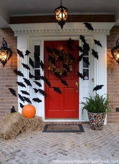 Halloween decor does not need to be scarily pricey. Now all Halloween decors must be scary. You can acquire the Halloween decor you would like for less. This Halloween decor is ideal for those who … Spooky Halloween, Diy Deco Halloween, Porche Halloween, Halloween Veranda, Holidays Halloween, Halloween Recipe, Women Halloween, Halloween Costumes, Halloween Makeup