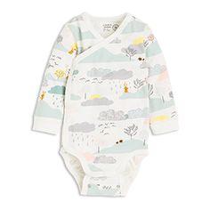 En myk bodysuit i økologisk bomull med fargerikt og artig mønster. Med oppbrettbare mansjetter og dobbelt sett trykknapper i skrittet kan babyen vokse en størrelse i det samme plagget.