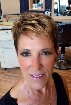 How to style the Pixie cut? Despite what we think of short cuts , it is possible to play with his hair and to style his Pixie cut as he pleases. Short Pixie Haircuts, Cute Hairstyles For Short Hair, Pixie Hairstyles, Short Hair Styles, Hairstyles 2018, Super Short Hair, Short Grey Hair, Haircut For Older Women, Short Hair Cuts For Women