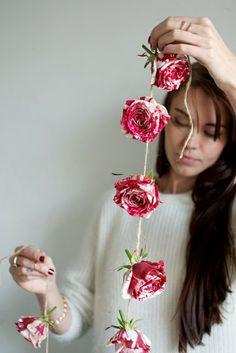 Guirlande de roses en papier DIY