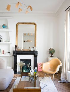 In the apartment & # of Chrysoline de Gastines, the co-creator of Balzac Paris Glamour Living Room, Living Room Interior, Living Room Decor, Home Living, Living Spaces, Interior Exterior, Interior Design, Muebles Living, Living Comedor