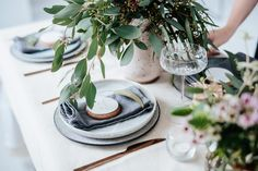 Beautiful Australian Christmas Inspiration by Eclective Creative with native Australian flowers and a neutral colour palette with touches of silver. Christmas Decorations Australian, Australian Christmas, Christmas Themes, Christmas Tree Decorations, Christmas Holidays, Christmas Table Deco, Christmas Table Settings, Christmas Tablescapes, Wax Flowers